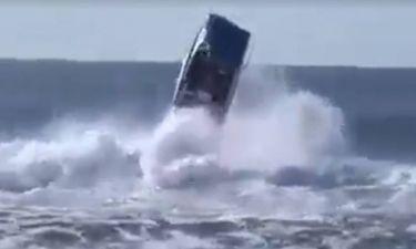 Θάλασσα… μαινόμενη! Κύματα αναποδογυρίζουν σκάφος στα ανοικτά! (video)