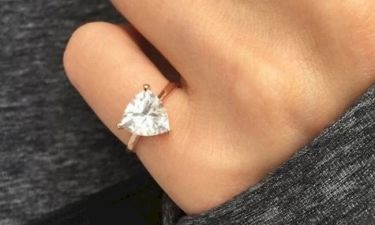 Προσοχή! Αν δείτε γυναίκα να φοράει αυτό το δαχτυλίδι στο μικρό της δάχτυλο τότε σημαίνει πως…