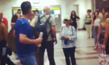 Hθοποιός κατέβαινε τις σκάλες του μετρό στο Σύνταγμα με έναν φαλλό στο χέρι