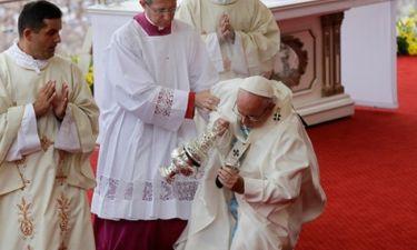 Σωριάστηκε ο Πάπας Φραγκίσκος! Πάγωσαν οι πιστοί!