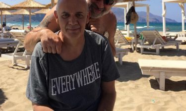 O Γιώργος Κιμούλης ποζάρει στη παραλία και… γκρινιάζει!
