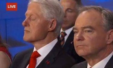 Ο Clinton κοιμάται την ώρα της ομιλίας της Hillary