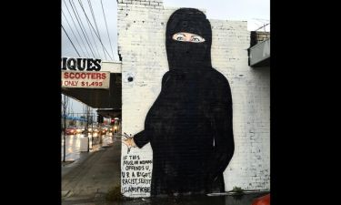 H Χίλαρι Κλίντον μουσουλμάνα. Ο αιρετικός street artist Lushlux αντεπιτίθεται στο Instagram