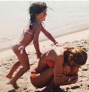 Τζένη Μπαλατσινού: Τα παιχνίδια με την κόρη της, Αλεξάνδρα στην παραλία