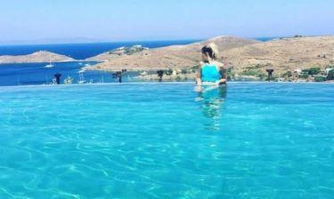 H Demy με μαγιό στην πισίνα!