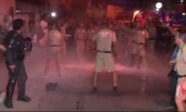 Ριο 2016: Ασύλληπτες εικόνες. Κάτοικοι πετούσαν νερό και σκουπίδια στην ολυμπιακή φλόγα!