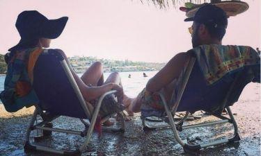 Τρελά ερωτευμένη η γνωστή ηθοποιός! Φωτό στην παραλία με τον σύντροφό της