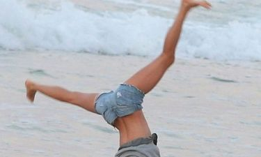 «Άναψε φωτιές» με τα ακροβατικά της στην άμμο