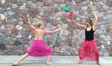 Τρελό Γέλιο: Καρύδη-Βολιώτη:«Παλεύουν» με δύο σκούπες