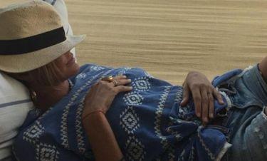 Η Τζένη Μπαλατσινού στην αιώρα της στην Πάτμο
