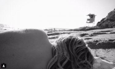 O Brooklyn Beckham στην παραλία με το κορίτσι του να ποζάρει… τόπλες