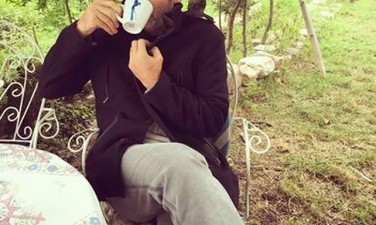 Με τη ραγδαία επιδείνωση του καιρού, γνωστός Έλληνας ηθοποιός πίνει καφέ και… τουρτουρίζει!