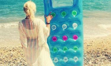 Μαρία Μπεκατώρου: Με το στρώμα της στην παραλία (φωτό)