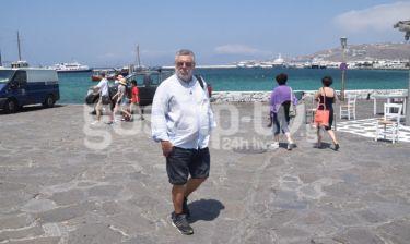 Μάκης Τσέλιος: Βόλτα στο λιμάνι της Μυκόνου