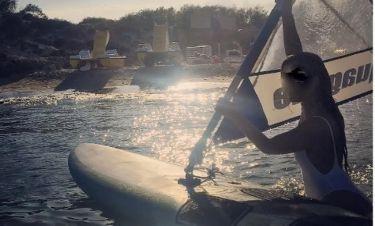 Άφησε το μικρόφωνο και έπιασε το windsurfing