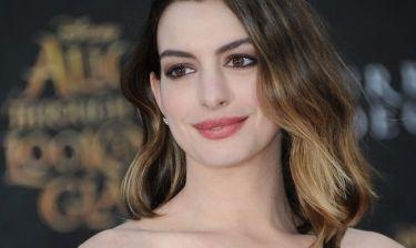 Είναι κούκλος: Η... εξαντλημένη Anne Hathaway σε μία σπάνια εμφάνιση με τον υπέροχο γιο της