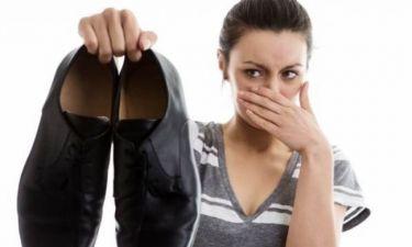 Μυρίζουν τα παπούτσια σας; Βάλτε ξύλο ή σόδα!