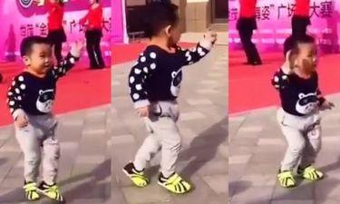 Ο μικρός είναι γεννημένος χορευτής -Δείτε το βίντεο