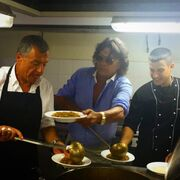 Θεοδωράκης - Ψινάκης: Σερβίρουν φαγητό σε παιδάκια με ειδικές ανάγκες!