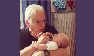 Κώστας Βουτσάς: Δείτε τον ηθοποιό να νανουρίζει το νεογέννητο γιο του