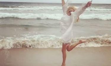 Η παρουσιάστρια είναι στην Κρήτη και κάνει σα μικρό κορίτσι από τη χαρά της