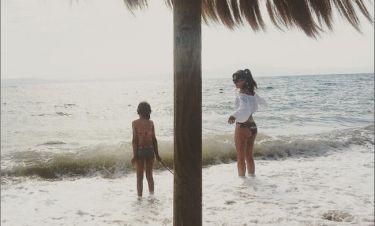 Αγγελική Δαλιάνη: Παίζει με τα κύματα έχοντας μαζί την κόρη της