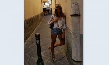 Σταματίνα Τσιμτσιλή: Με «καυτό» σορτάκι στα σοκάκια