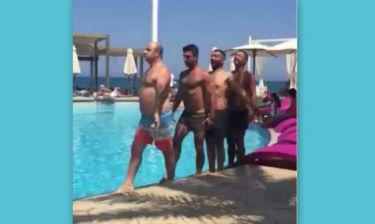 Τρελό γέλιο! Ο Μάρκος Σεφερλής κάνει… συγχρονισμένη κολύμβηση!
