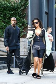 Kim Kardashian: Η see through μπλούζα και η… παντόφλα