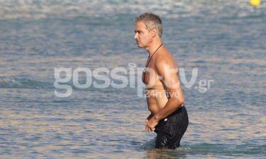 Άρης Σπηλιωτόπουλος: Στη θάλασσα με τη συνοδό του