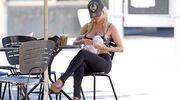 Σοκάρει η  τηλεπερσόνα. Μετά την αποβολή, κυκλοφορεί με πλαστικό μωρό στην αγκαλιά της
