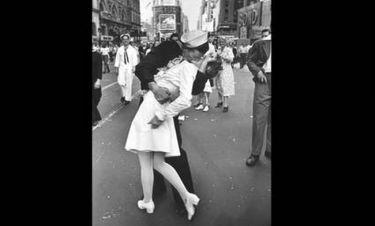 Πέθανε η νοσοκόμα του θρυλικού φιλιού στην Times Square