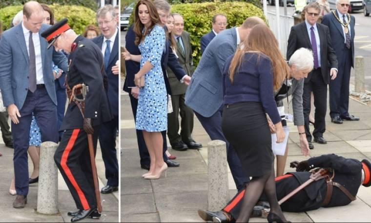 Ο Πρίγκιπας William βοηθά τον αξιωματικό που… γλίστρησε