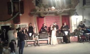 Δείτε την Μαρία Τζομπανάκη να τραγουδά στον γάμο της