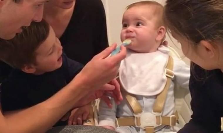 Διάσημη μαμά μοιράστηκε τρυφερό βίντεο με τον γιο της να δοκιμάζει για πρώτη φορά στερεά τροφή