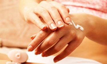 Σημάδια του χρόνου που φαίνονται στα χέρια και πώς να τα «σβήσετε»