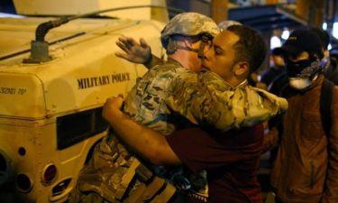 Σάρλοτ: συγκλονίζει η αγκαλιά του στρατιώτη με το διαδηλωτή