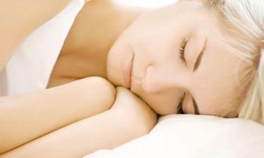 Πέντε κακές συνήθειες που σχετίζονται με τον ύπνο και καταστρέφουν το δέρμα