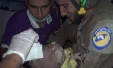 Συρία: «Λύγισε» διασώστης μετά την ανάσυρση παιδιού από τα συντρίμμια (vid)