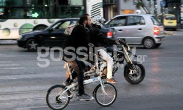 Ο Πάνος Μουζουράκης βολτάρει με το ποδήλατο στην Κηφισίας!