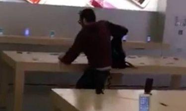Απίστευτο βίντεο: Μπήκε μέσα σε κατάστημα και έσπασε ό,τι iPhone βρήκε μπροστά του!