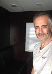 Δε θα πιστεύετε ποιος Έλληνας ηθοποιός μετακόμισε στο Λος Άντζελες και πήρε τον πρώτο του ρόλο