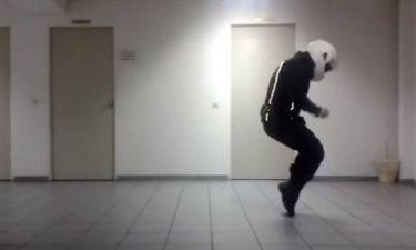 Ο αστυνομικός της ομάδας ΔΙΑΣ που έγινε viral χορεύοντας Μάικλ Τζάκσον (vid)