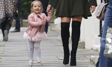 Πασίγνωστη μαμά φοράει στην 2 ετών κορούλα της, ροζ δερμάτινο αξίας 4000 λιρών!
