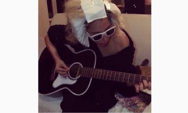Μόνο η Lady Gaga! Παίζει κιθάρα με τα… αλουμινόχαρτα στο κεφάλι
