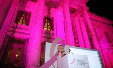 H Μενεγάκη φωταγώγησε ροζ το Δημοτικό Θέατρο Πειραιά