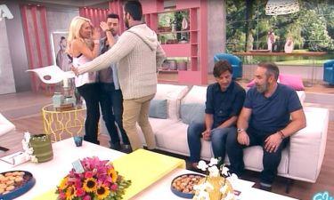 Ουπς! Το μπέρδεμα… Φιλιούνται, αγκαλιάζονται, αλλά κάποιος πήρε τα μαλλιά της Ελένης μαζί του!
