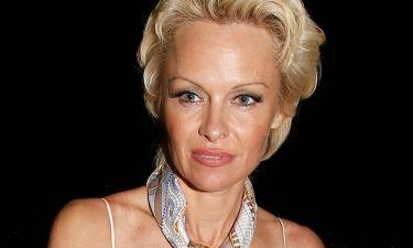 Στην Ύδρα η Pamela Anderson- Δείτε για ποια σχεδιάστρια φωτογραφίζεται