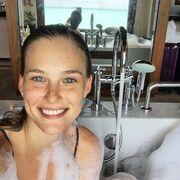 Τι άλλο θα δούμε! Βγάζει selfie στην μπανιέρα την ώρα που πλένεται