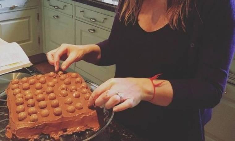 Διάσημη εγκυμονούσα ικανοποίησε τις λιγούρες της, φτιάχνοντας αυτό το λαχταριστό κέικ (εικόνες)